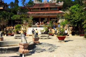 Передний двор пагоды Лонг Сонг, Нячанг, Вьетнам.
