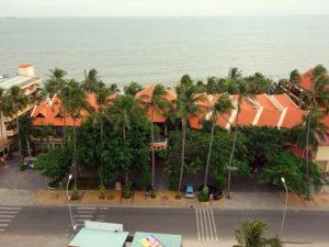 Вид на отель на первой линии в Муйне